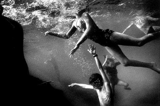 Depuis 2000 (année où elle publie avec Trent Parke le livre La 7ème Vague, qui présente l'importance culturelle de la plage et de la vie sous-marine), la photographe australienne décline la sensualité aquatique et guette les rimes chromatiques.