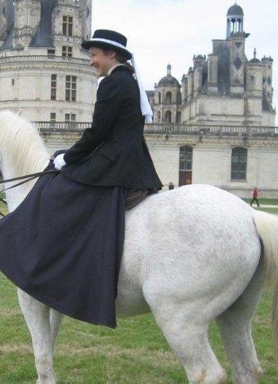 Démonstrations équitation en amazone 9 mai 2010 château de Chambord, association amazones de France, participation défilé et carrousella monte en amazone sous toutes ses facettes, cheval, équitation en amazone, selle d'amazone, costume et tenu