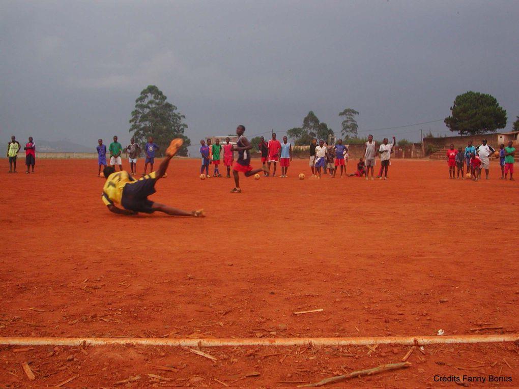 Les petits footballeurs de Dschang (Ouest du Cameroun) s'entraînent. Peut-être un futur Samuel Eto'o parmi eux ?