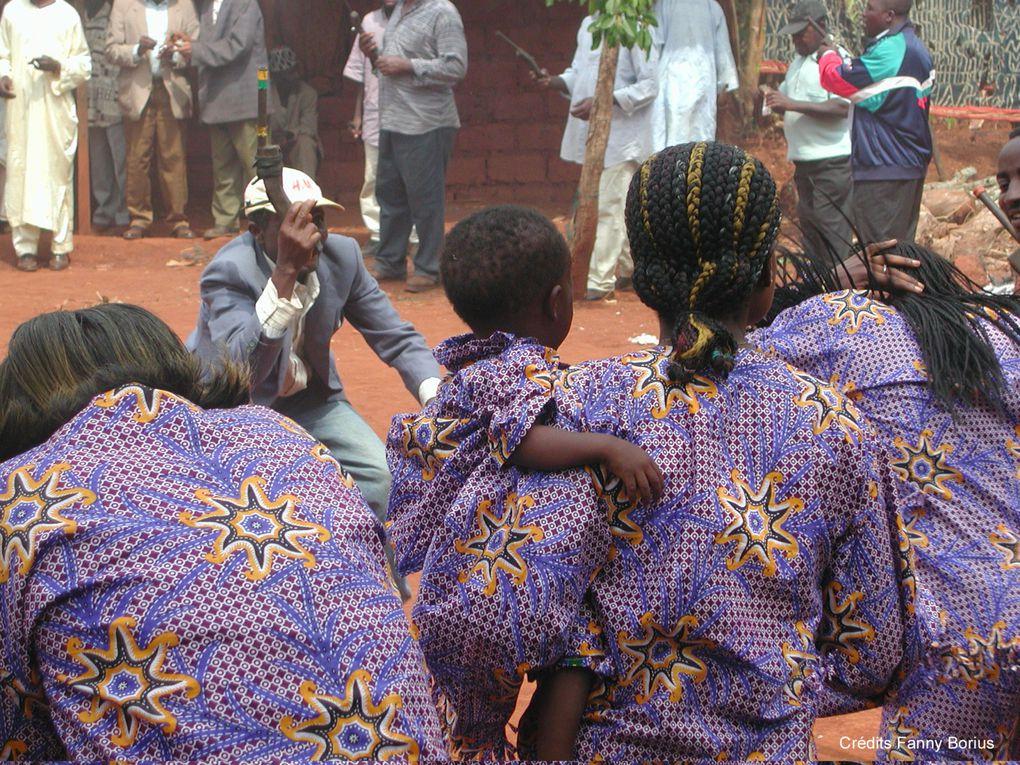 Au Cameroun, les funérailles sont une fête. Des photos pleines de couleurs, de sourires et de danses prises  à Mbouda (Ouest Cameroun). Explications à cette adresse : http://fannyborius.over-blog.com/article-28546596.html