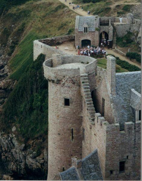 Fort médiéval surplombant la mer, dans les Côtes d'Armor.