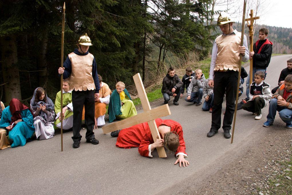 """Les jeunes de la paroisse de Skomielna Czarna et Bogdanowka en  Pologne ont fait le chemin de croix en plein air où toute la paroisse participé. Ce sont les jeunes d'un mouvement paroissial """"Tabor""""sous la responsabilité d'un prêtre capucin Jozef"""