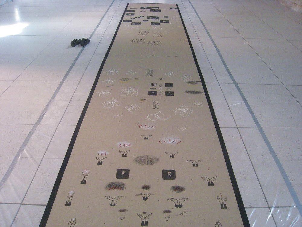 """Photographies de la peinture des 3 toiles """"Les Mains Invisibles"""" dans l'abbatiale de l'abbaye de Fontevraud, septembre 2008 et l'installation des toiles dans la chapelle St. Benoît, avec la projection vidéo du film d'animation réalisé à partir"""