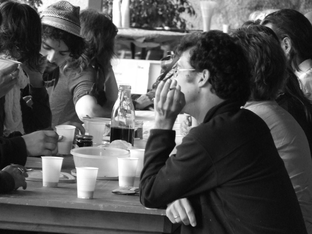 Quelques images de FESTHEA 2011.Principalement, celles de la vie en dehors du théâtre.Un aperçu de l'ambiance.