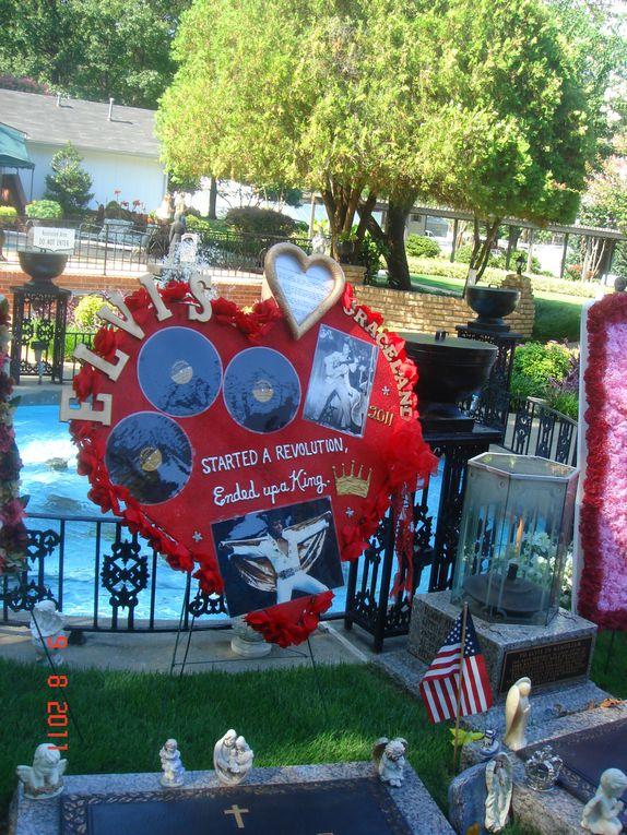 août 2011 les fleurs dans le jardin des méditations déposées par les fans d'Elvis