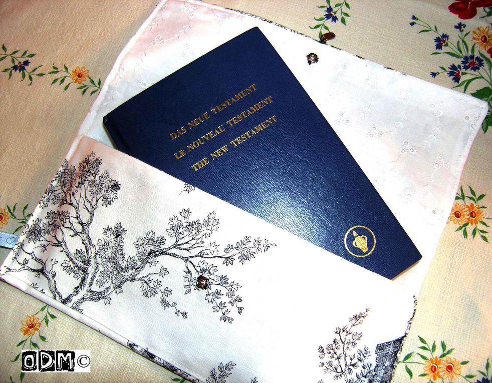 Liseuses et trousses, pochettes en tissu pour livres, agendas, répertoires, carnets, cahiers, classeurs. Demandez la collection actuelle de tissus et accessoires d'agrément. Au choix : liseuse simple ou accessoirisée. COnditions de vente sur deman