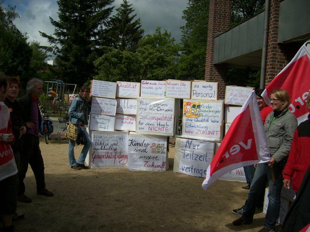 12.6.09 Streikende der Lebenshilfe und solidarische HEP-PraktikantInnen und SchülerInnen des Fachschule für Sozialpädagogische Berufe bauen eine Klagemauer auf dem Wochenmarkt in Walsrode.  FOTOs: ver.di-Klick-SFA