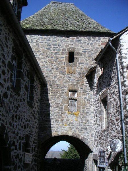 Une des portes survivantes fermant les remparts de Salers.