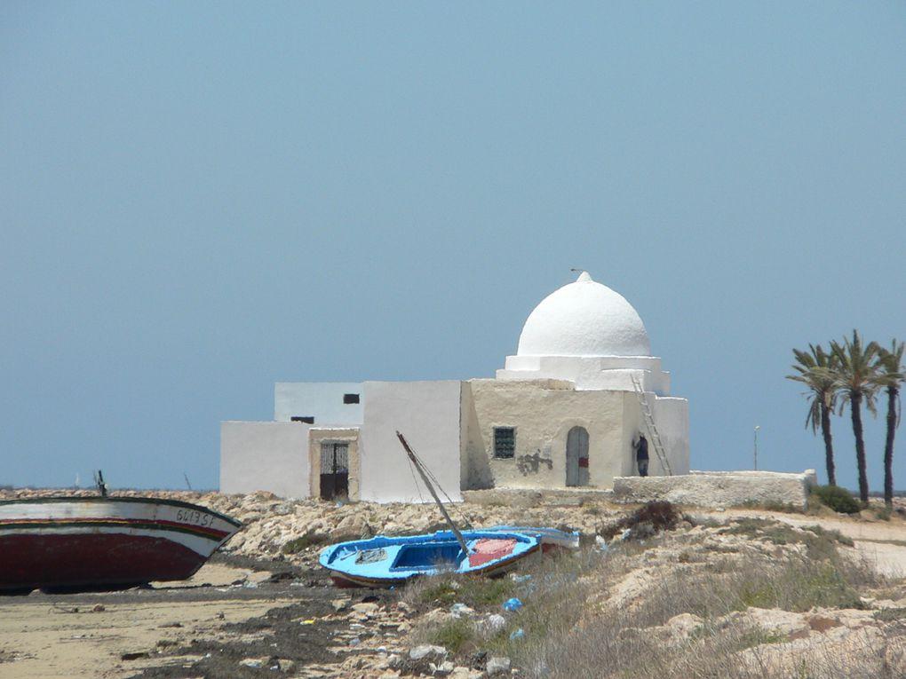 n archipel tunisien de la mer Méditerranée situé à une vingtaine de kilomètres au large de Sfax