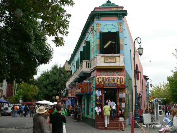 Quartier où naquit le Tango, la Boca à la mauvaise réputation accueille volontiers le touriste.