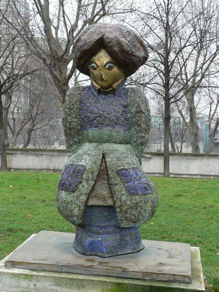 """Les statues """"Les enfants du monde"""" de Rachid  Khimoune exposées dans le parc de Bercy."""