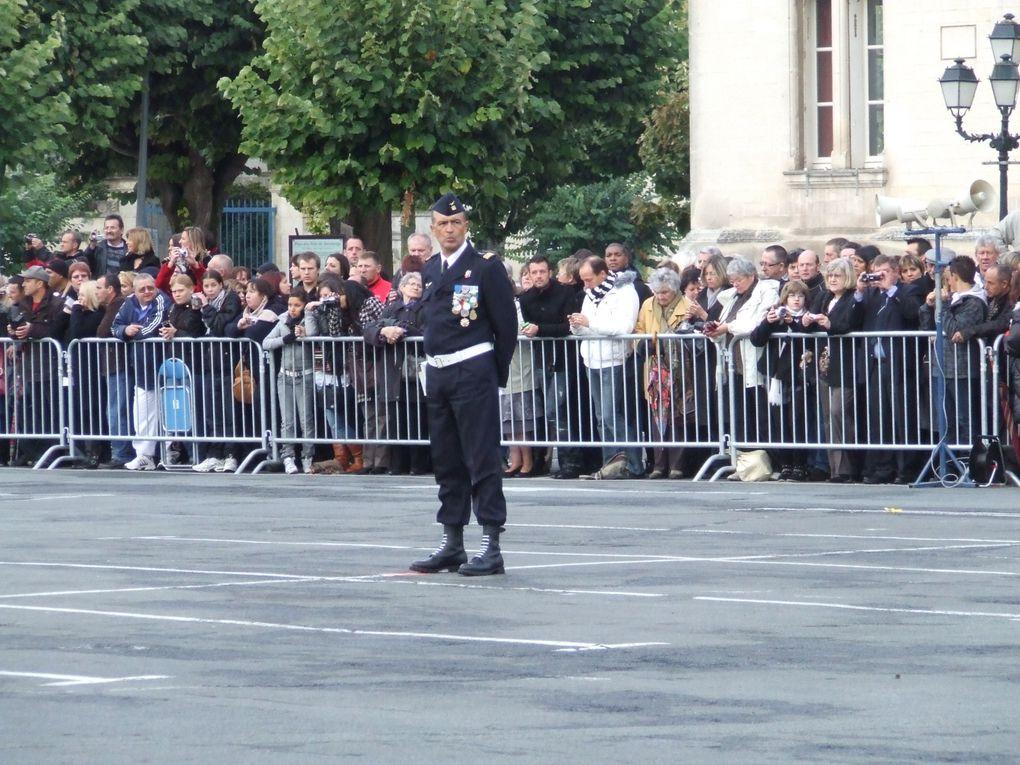 Présentation au Drapeau des Militaires techniciens de l'air et Volontaires militaires techniciens de l'air promotion 2009 de l'EETAA 722 de Saintes, à Saint-Jean-d'Angély, le 22 oct 2009