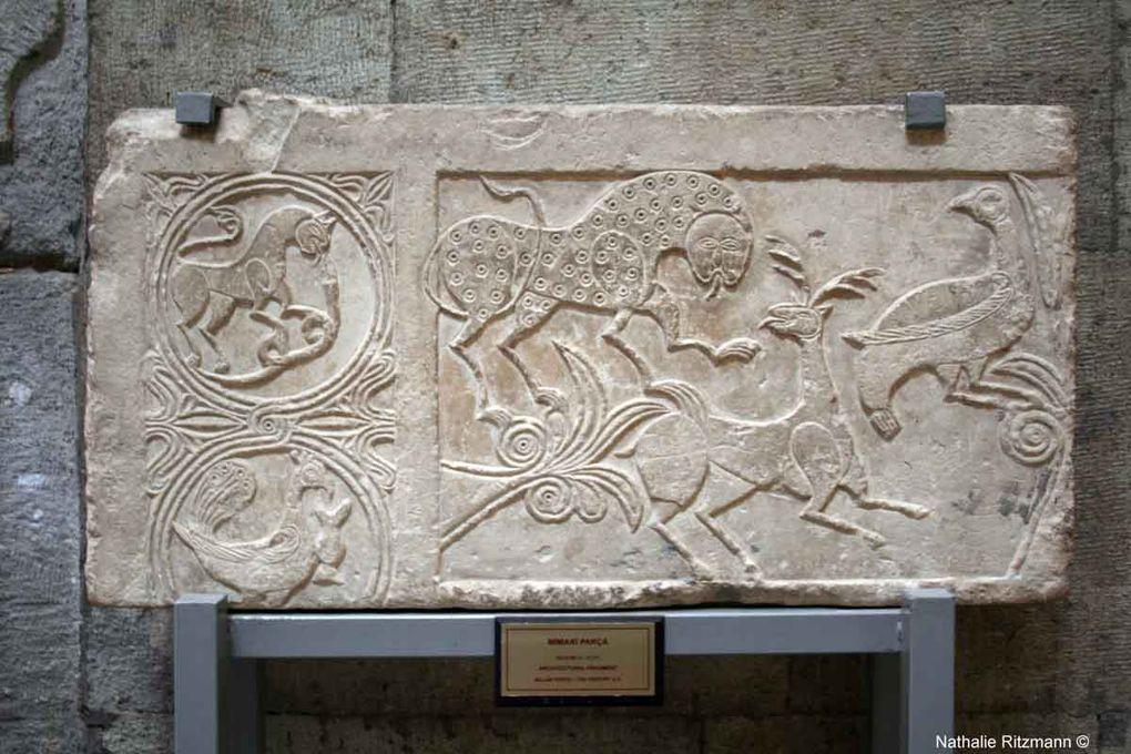 Dans cette merveilleuse medrese transformée en musée, de nombreuses pierres provenant de l'ancien château de Konya sont exposées, de même que des portes en bois délicatement sculptées.