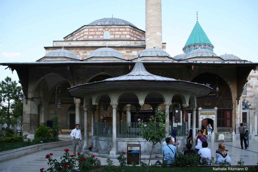 """Au-dessus de la porte qui donne accès au mausolée, une inscription en persan """"Ce lieu est La Mecque de tous les derviches. Ils trouvent ici ce qui leur manquait. Qui vient ici insatisfait trouve la plénitude."""""""