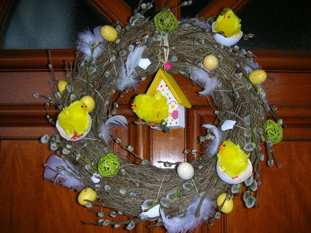 Nous avons récupéré des coquilles d'oeufs et aprés les avoir soigneusement lavées et  peintes, nous avons décoré une couronne de brindilles en collant des coquilles, des pousssins, des branches en bourgeons, des petits oeufs, desplumes, et v