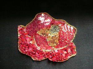 Technique utilisant un crochet ultra fin pour broder fils, paillettes, perles et sequins.
