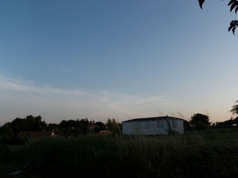 Exemples de nuages anthropiques, variations d'aspect d'une aviocorde au fil des heures et des jours.Une aviocorde est un nuage en longueur qui apparait au dessous des trainées de condensation laissées par les avions.