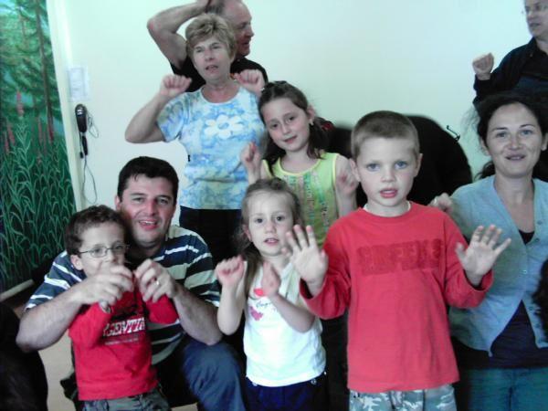 Tendres et amusants moments à partager en famille ou avec sa classe. Petits et grands participent activement aux comptines et jeux. Plaisir et rires GARANTIS !!!
