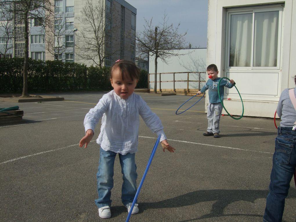 Les enfants se sont initiés à l'équilibre sur un ballon, ils ont fait du cerceau, chantés, dansés et ont surtout bien rigolés!!!
