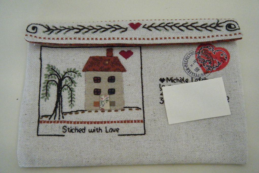 Eté 2009, échange d'enveloppes brodées sur le thème de la maison.