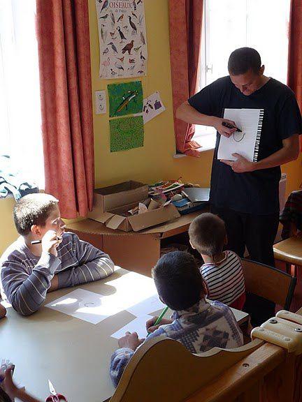 l'auteur-illustrateur Antoine Guillopé est venu dans la classe de cycle 1 de St-Amant-Roche-Savine le jeudi 23 juin 2011 et est intervenu avec la classe CLIS de St-Chely à Condat-lès-Montboissier lors du petit salon jeunesse le samedi 25 juin 2011