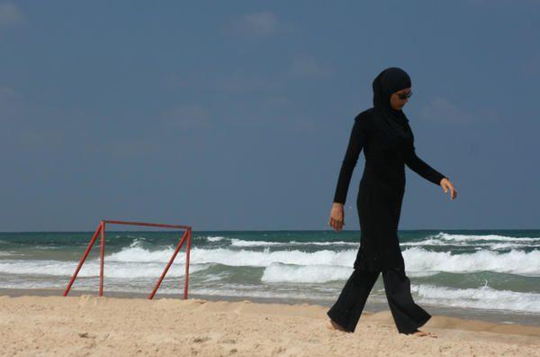 Mouvements des corps sur le sable: Jaffa, Tel Aviv, Genève. Photos: battuta, tous droits réservés.