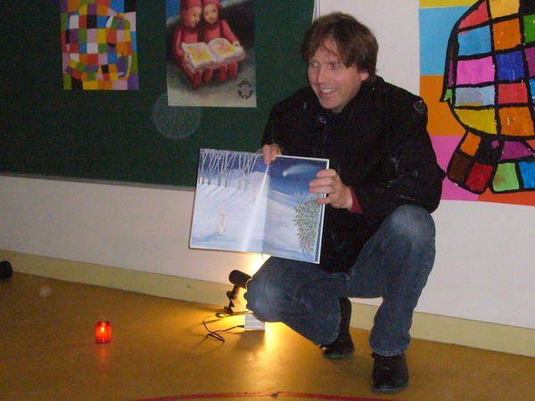 Jean-Philippe AMY , metteur en scène et comédien ,parent d'élève , qui est venu lire un conte de Noël aux élèves de mini et petite section , le 9 déc matin puis en fin de matinée aux MS et GS .