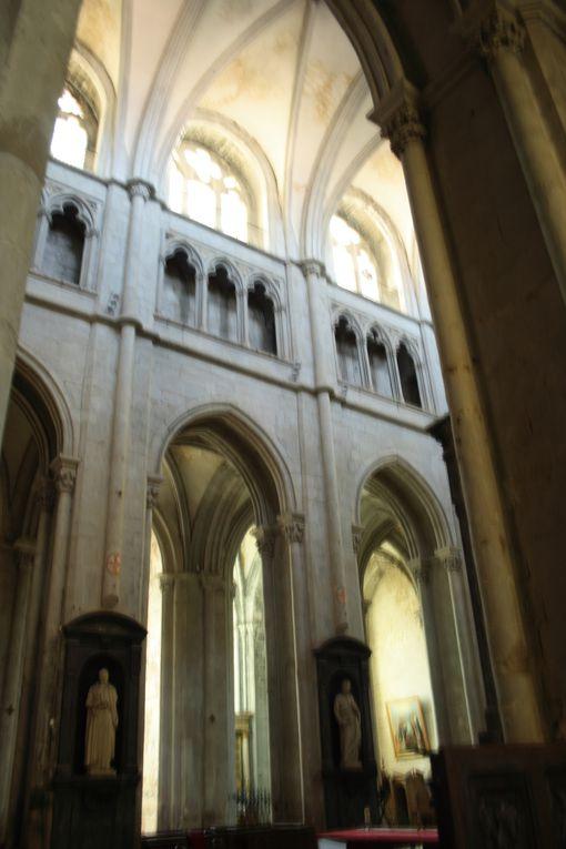 Les batiments nombreux et bien restaurés de l'abbaye dominent le village médiéval avec ses petites ruelles et maisons anciennes (XIV°-XV° siècle pour les plus anciennes).L'Abbaye de Saint-Antoine a été fondée pour accueillir les reliques d