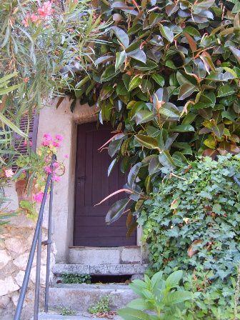 Saint Paul de Vence : merveilleux petit village où de nombreux artistes y ont de bien jolies maisons . Peut être sont-ils cachés derrière ces jolies portes