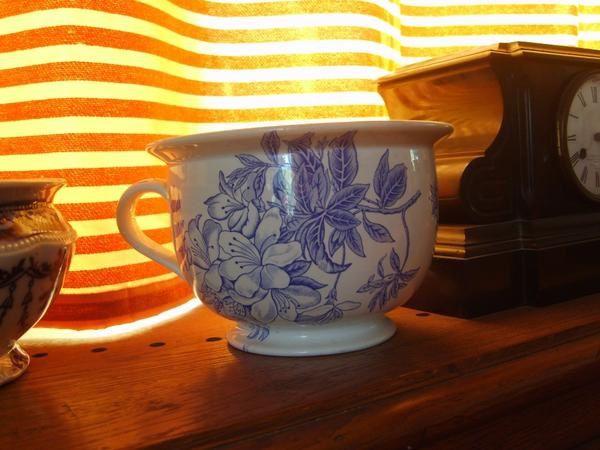 Je trouve que les pots de chambre sont de beaux objets qui sont arrivés jusqu'à nous et pour certains en excellent état , en voici quelques uns .