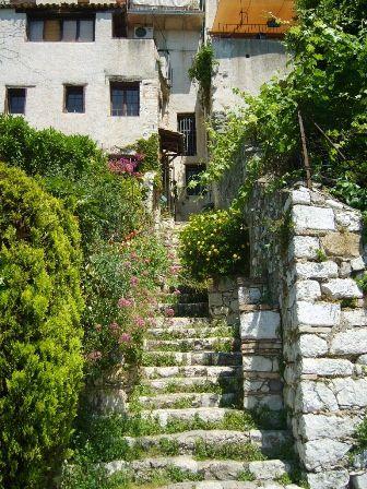 C'est un splendide petit village où il fait bon vivre surtout hors saison touristique , bien qu'il y ait du monde toute l'année , mais beaucoup moins qu'en été . Si vous avez l'occasion de venir sur la Côte d'Azur , ne manquez surtout pas de ven