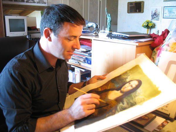 Avec Gérard Brion, il faut s'attendre à des ressemblances avec un certain Léonard...Il y a plus de 100 tableaux dans son petit musée.