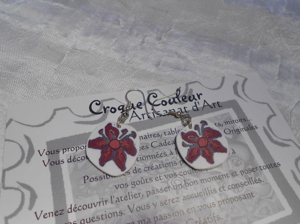Des bijoux roses et  violets.