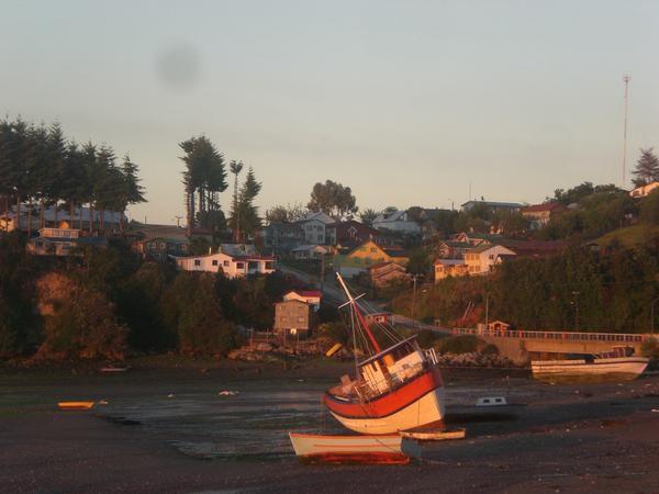 Nous quittons le Chili-terre pour rejoindre l'ile de Chiloé, et effectuer sa traversée, entre mer et campagne, petits ports et belles plages sauvages..