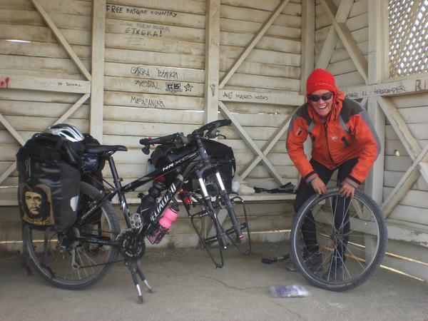 Nous quittons el Calafate en Argentine pour rejoindre Puerto Natales au Chili, en empruntant la ruta 40, puis en traversant le parc Torres del Paine..400kms de pampa, de vents violents, avec comme toile de fond les sommets enneigés du parc del Paine