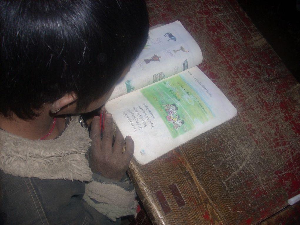 Premiers jours de classe pour trente enfants de D. en novembre 2008