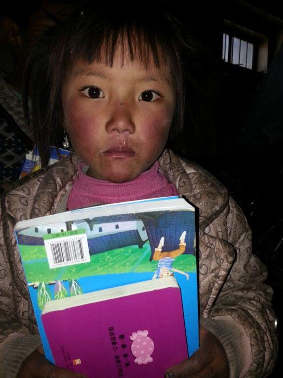 Les enfants donnent un sérieux coup de main à la mise en étagère des livres ... faut dire qu'il y en a beaucoup !