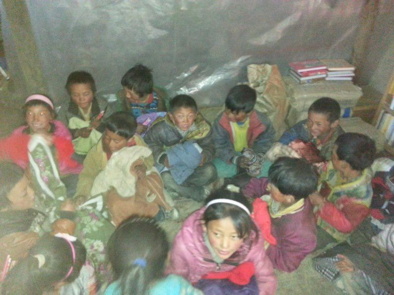 Des enfants heureux de se partager quelques vêtements d'hivers partis de France
