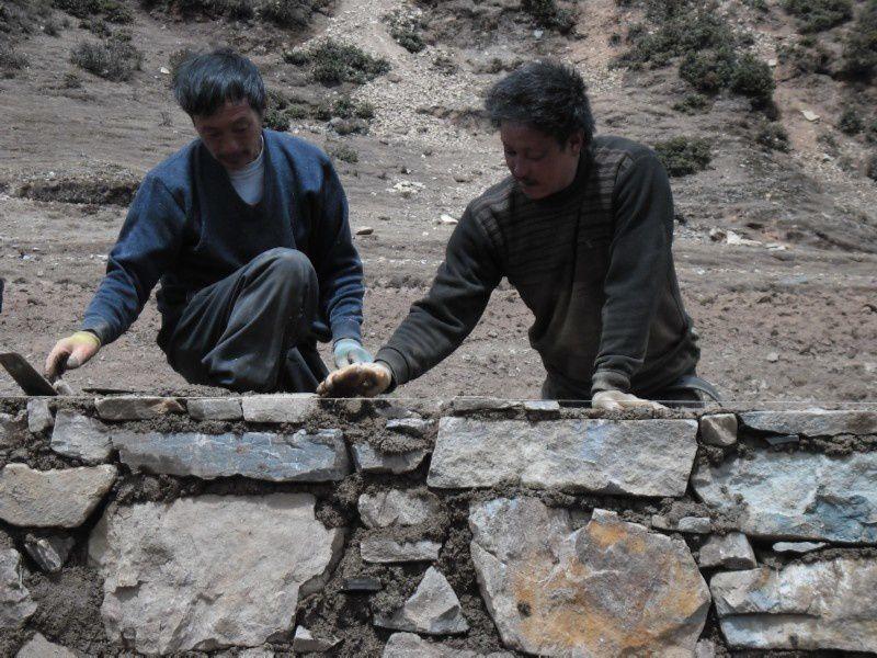 On commence par les murs d'enceinte pour limiter les écoulements de pluies à l'intérieur, là où seront creusées les fondations du batiment à venir !