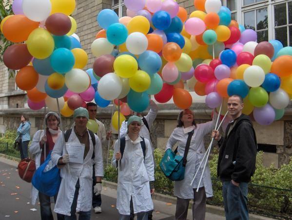 """Manifestation du 15 mai 2008 à Paris. Opérations «ça va péter» et """"arrêter l'hémorragie scolaire""""."""
