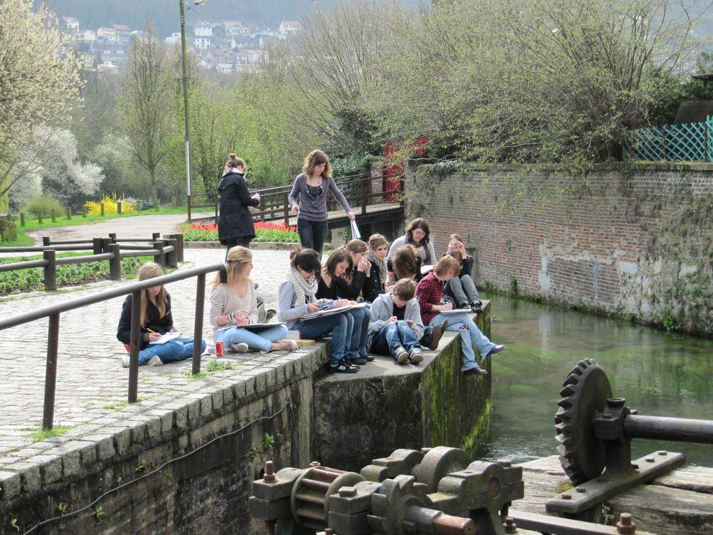 c'est toute une classe de sympathiques lycéens en Arts Appliqués du lycée Jeanne d'Arc de Rouen qui est venue s'inspirer du Moulin pour l'étudier sous tous ses angles .