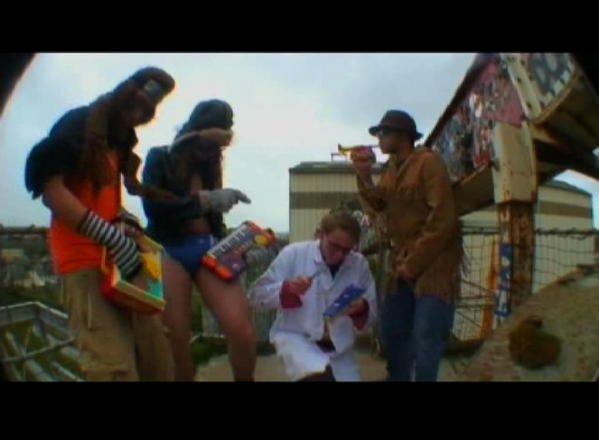 Des screenshots du clip 37 Dicks de M1dy. Ah, on s'est bien marres.
