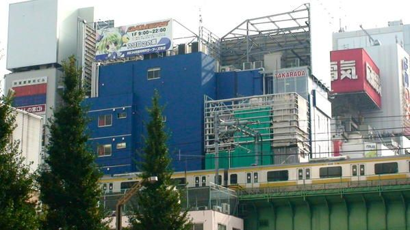 """Voici plusieurs photos du quartier Akihabara, dit """"la ville électrique"""", de Tokyo.La sous-cultre otaku y est omniprésente, les touristes ne sont spécialement les bienvenus et toutes les bonnes adresses sont dans des ruelles planquées..."""