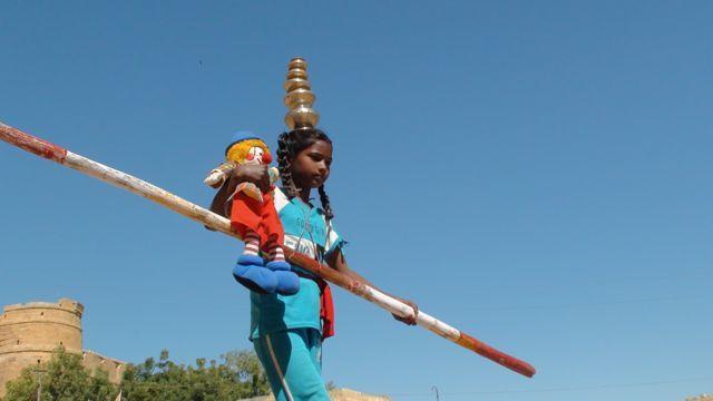 Zippo le petit clown de Caravane Théâtre à travers l'Inde .
