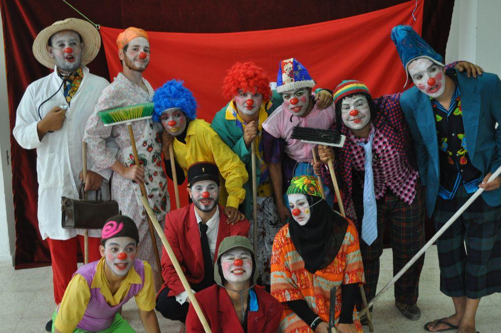 """Les participants au stage de """"Caravane Théâtre""""  """"Théâtre Forum """" et """"Théâtre Images"""" Jouent dans la rue. A Houmet Souk , Ile de Djerba"""