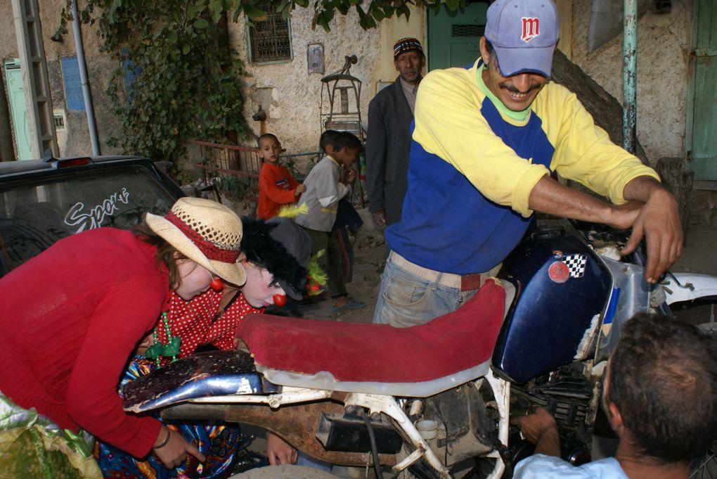 """Les clowns de la """"Caravane Via Brachy"""" vont à la rencontre de la population de AÏN LEUH (Maroc) Cette déambulation termine la formation au """"Clown Théâtre"""" Organisée par """"Caravane-théâtre""""-""""Parcourires Le Monde""""Septembre-Octobre 2009"""