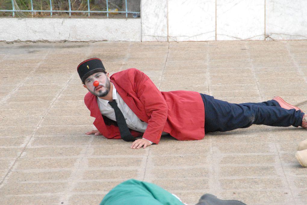 """Les clowns de """"Caravane Théâtre"""" montent une action de nettoyage de la ville de Houmet Souk à Djerba. """"Coup de balais sur Djerba"""" En collaboration avec """"La bibliothèque"""" et """"La maison de culture"""" de Houmet Souk. Aout septembre 2012."""