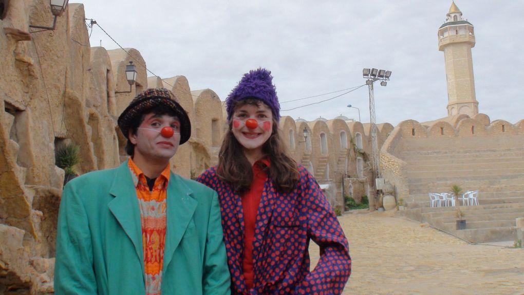 """Sortie clown dans les rues de Médenine (Tunisie) 27 décembre 2011. Fin e stage de formation au """"Clown Théâtre"""" par www.caravane-theatre.com."""
