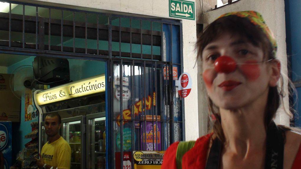 """Les clowns sont de sortie dans l'ile de Sao José face à Rio Grande.Cette sortie intervient en fin de formation au """"Clowning"""" donnée par Caravane-Théâtre. Formation inter culturelle franco-brésilienne."""