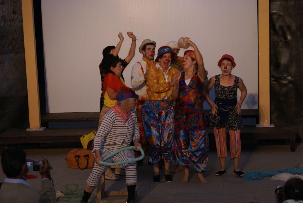 Indiens et Français parcourent l'Inde du nord avec leur personnage de clown. De Jaipur à Puskar de Samode à Jaisalmer.